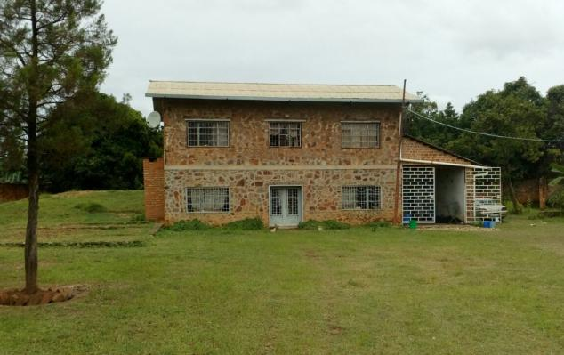 IMCongo - Fenced plot for sale with a large house at Golf les Battants